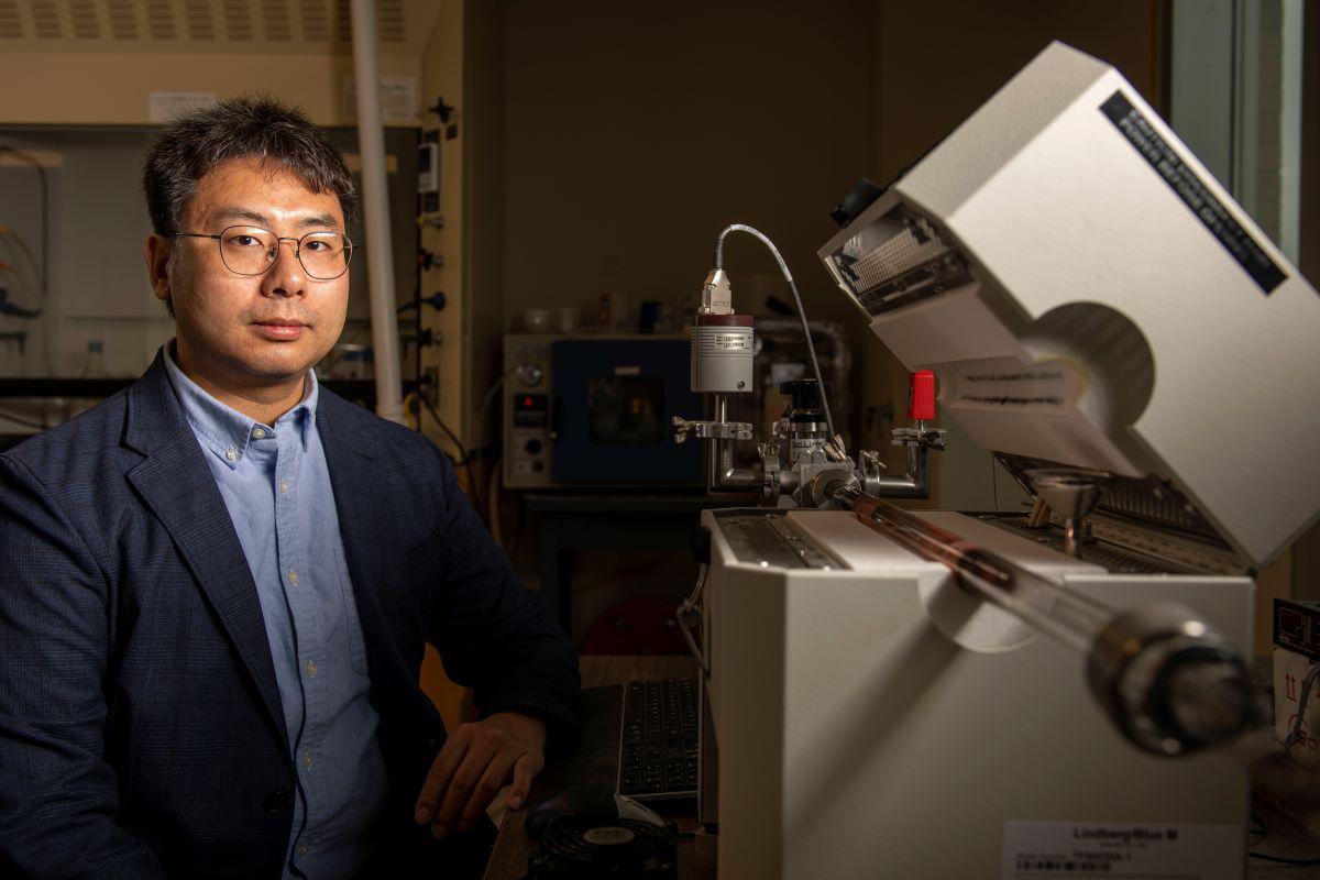 Chenglin Wu in lab